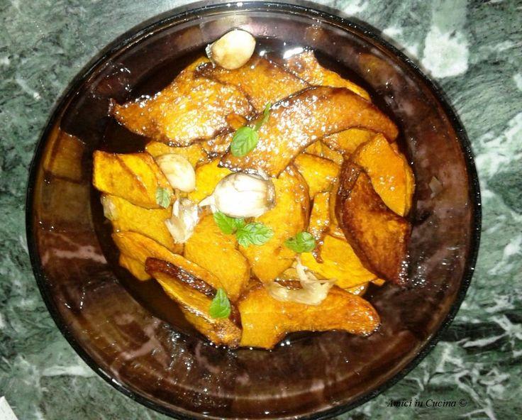zucca in agrodolce alla siciliana zucca tagliata a fettine, fritta e insaporita con una salsa agrodolce, aglio e foglioline di menta.
