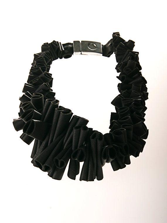 collana di gioielli in pelle grigia di EleannaKatsira
