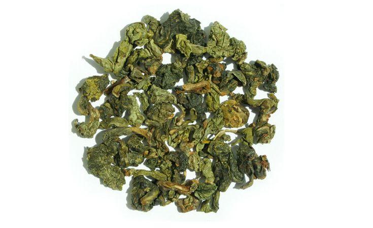 Variedad de #té chino #Guanyin de Anxi Se trata de una variedad proveniente de Anxi, al sur de la provincia de Fujian. Pertenece a la familia del té Wulong. Su olor también recuerda al de las orquídeas, pero su sabor es más fuerte. Su elaboración requiere un tipo específico de tetera y se debe seguir un orden para tomarlo: primero hay que aspirar su aroma y después beber el líquido. La variedad Wulong tiene funciones especiales para mejorar la salud y propiedades cosméticas muy apreciadas.