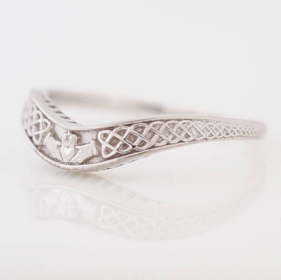 Originating In The 17th Century The Claddagh Ring Represents Love Loyalty And Friendship Ou Irish Wedding Bands Antique Wedding Rings Claddagh Ring Wedding