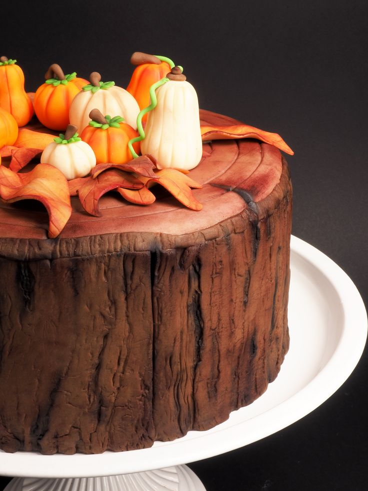 This Spicy Pumpkin cake is perfect to impress your friends and family on an autumn themed party! In this recipe we explain you exactly how to create leaves, bark and pumpkins from fondant.  Spicy Pumpkin - Cake - Recipes  | Deleukstetaartenshop.com