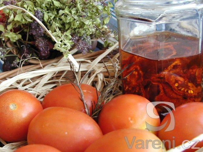 Recept je určen především pro vlastníky sušičky na ovoce a zeleninu. Když pomineme dobu sušení rajčat, samotné nakládání do oleje nám zabere jen pár minut.