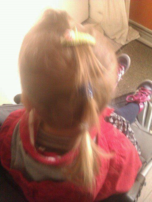 boven, midden en onder staartje aan elkaar gemaakt met speldje kinder haar / child hair creations