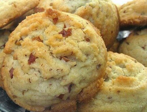 VERY GOOD MELT IN YOUR MOUTH COOKIES. MAKES A BUNCH. INGREDIENTS: 2 sticks butter, unsalted (1/2 lb., softened) 1 cup vegetable oil 1 cup sugar, granulated 1 cup confectioner's sugar (sif