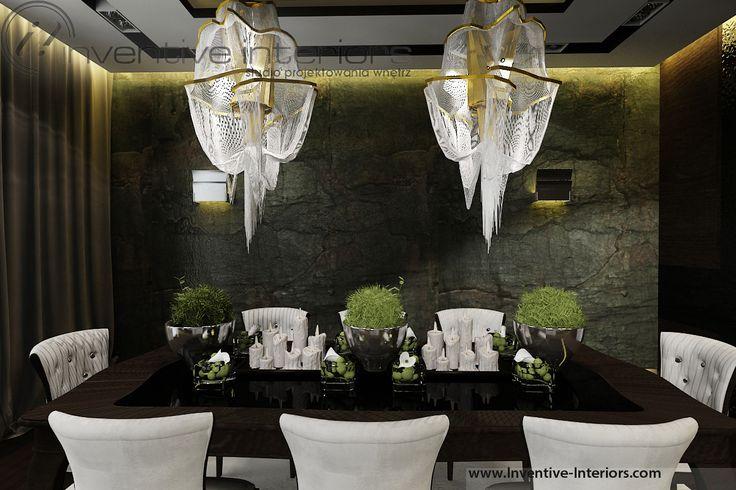 Projekt apartamentu 130m2 Inventive Interiors - ciemna klimatyczna jadalnia - duże żyrandole nad stołem - kamień w jadalni - luksusowa dekoracja stołu