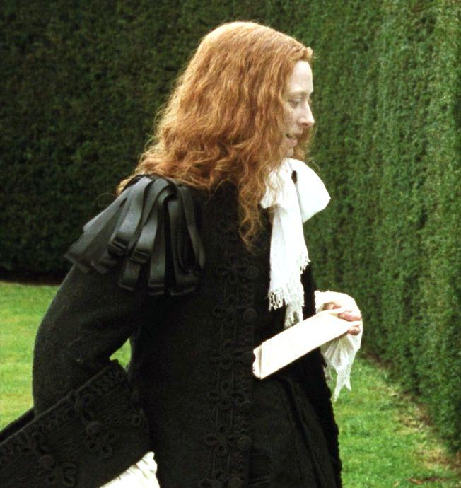 """""""Casaca negra con profusión de cintas y alamares"""" """"Posteriormente, en el siglo XVII, en la Inglaterra de Cromwell, sus seguidores llevaron moda de influencia holandesa, donde el color negro con cuellos blancos de lino y encaje eran símbolos de  la austeridad y puritanismo promulgada por los protestantes. La película refleja esta moda."""""""