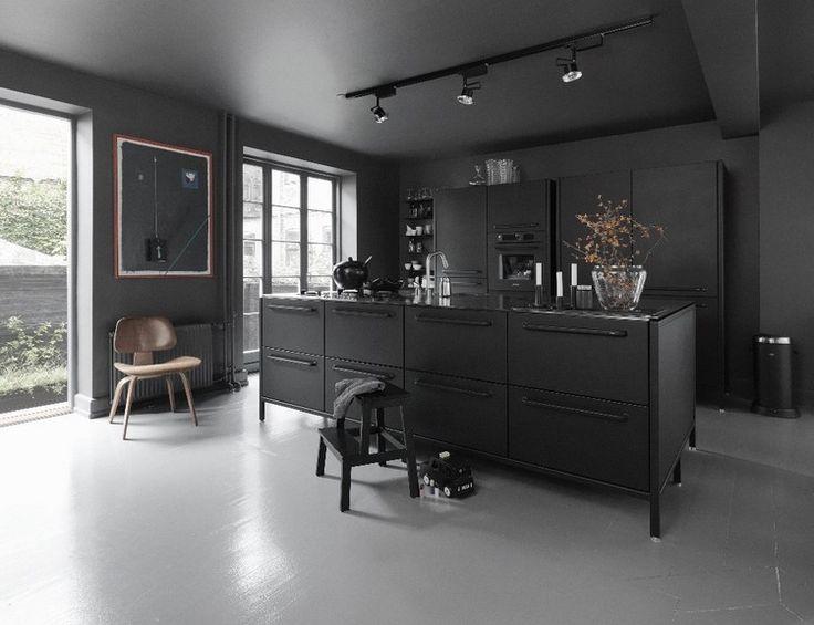 couleur cuisine tendance 2017 : meubles noir mat, chaise vintage ...