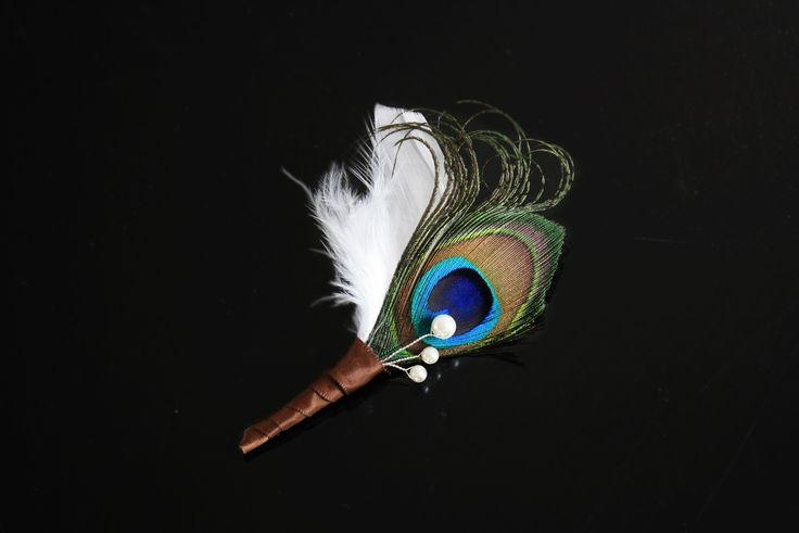 Boutonnière marie plumes paon et blanches,perles nacrees ivoire, boutonniere homme style vintage