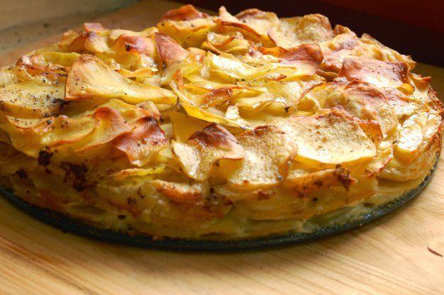 Francouzské bramobry - ve slupce uvařené brambory nakrájíme na kostičky, cibuli na kolečka. Vajíčka rozšleháme se smetanou (může být i zakysaná) solí a s kořením, které chceme přidat.  Do vymazané misky vrstvíme brambory a cibuli. Zalejeme připravenou směsí. Zasypeme strouhaným sýrem.