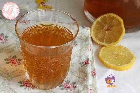 Il tè freddo bollito in frigo è una ricetta facilissima per ottenere il tè freddo come quello che comprate ma fatto in casa e senza usare i fornelli!