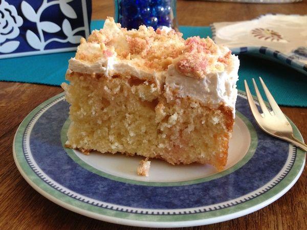"""Κέικ , αλλά τι κέικ; Ένα απλό κέικ βανίλιας που το σιροπιάζουμε με ζελέ φράουλας (θα το πειραματιστώ φυσικά και με άλλους συνδυασμούς γεύσεων) και γίνεται ζουμερό , πεντανόστιμο και """"γλασερό"""" . Το στολίζουμε και με μια δροσερή και ελαφριά κρέμα γεμάτη τραγανές εκπλήξεις από γεμιστά μπισκότα και το απογειώνουμε… Τη συνταγή αυτή μου είχε"""