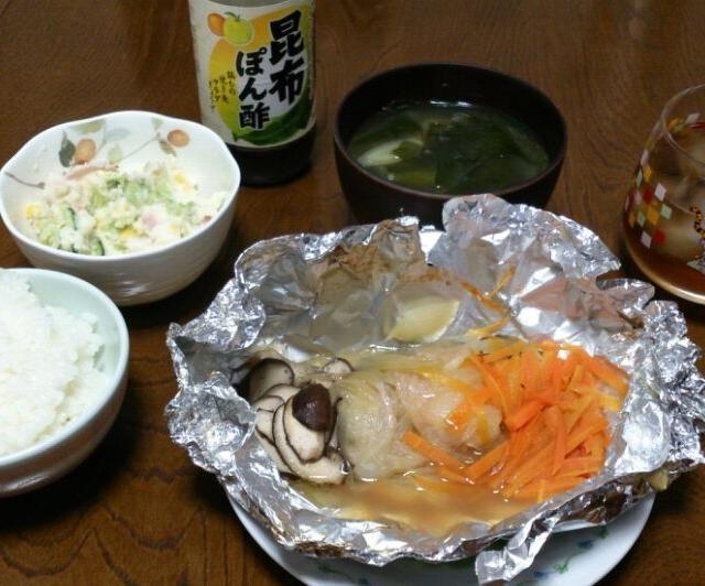 今日も暑かったですね(;^_^A さっぱりポン酢でいただきます(*^▽^*) - 63件のもぐもぐ - たらのホイル焼き&ポテトサラダ&ワカメの味噌汁 by sakachinmama