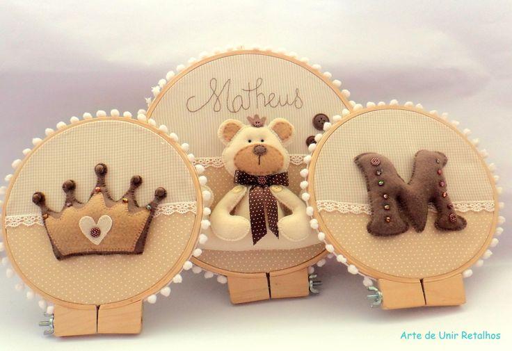 Trio de quadros Bastidor Ursinho para decorar o quartinho do seu bebê. <br>Pode ser feito em outras cores e/ou outros temas. <br>O valor refere-se aos 3 quadrinhos. <br>Tamanhos 25 cm e 20 cm de diâmetro.