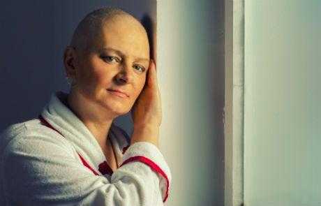 1. op deze afbeelding zie je een vrouw met de  ziekte kanker.  2. de vrouw is op een zeer sterke manier afgebeeld door de witte achtergrond en de indruk die ze op haar gezicht op je achterlaat.Ze geeft de indruk dat iets in haar de strijd al heeft opgegeven.