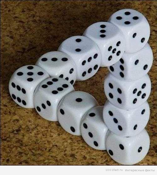 Самые известные игры, в которых используют игральные кости     Игры в кости бывают разные и отличаются они инвентарем (количеством зар, возможностью использования фишек, разными способами записи результатов), целями игры (выигрывает набравший максимальное или минимальное количество очков, или же выбросивший те или иные комбинации чисел вместе или по порядку, или, как вариант, собравший у себя все кубики или наоборот, оставшийся без них), бывают игры со строгим количеством игроков. #kniga_ra