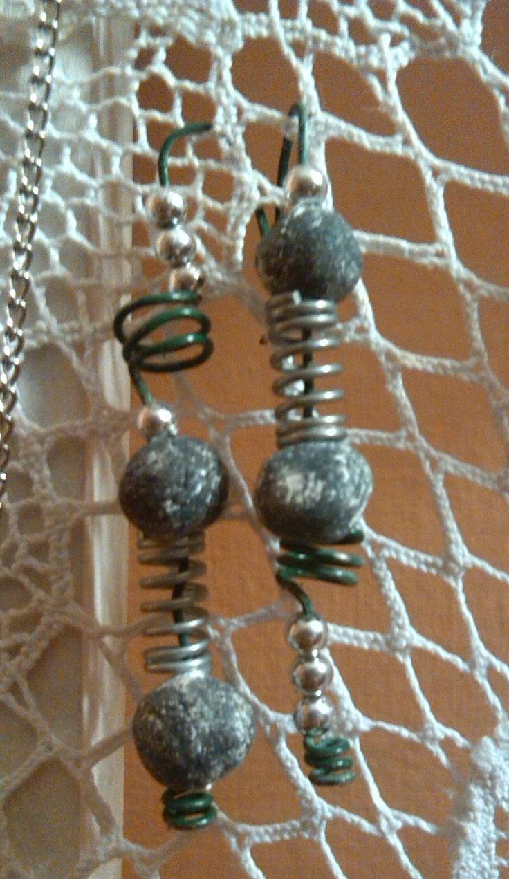 Recupero: filo da giardinaggio, perline e molle delle mollette da bucato. Per questi orecchini ho utilizzato delle perline in creta che avevo fatto per un altro lavoro. :)