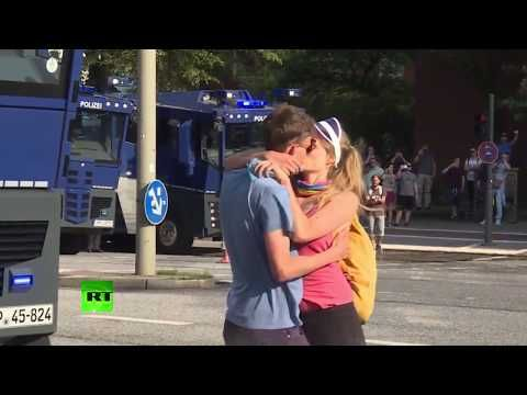 Kissing anti-G20 protesters blasted by police water cannon in Hamburg - YouTube