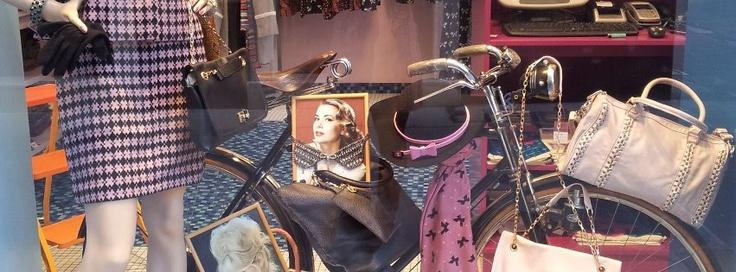 UNI GLORY srl, proprietaria del marchio Rossella Carrara per abbigliamento e accessori di moda rivolto al mondo femminile.
