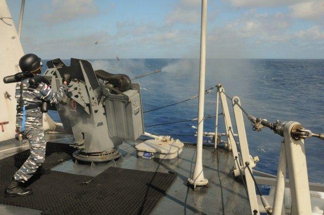 """Prajurit TNI Angkatan Laut menembakkan Denel Vektor D12 20mm di geladak KRI Diponegoro-365 dalam latihan Internasional """"Rim of the…"""