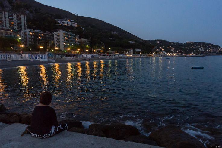 ecco la terza donna che ho colto pensierosa mentre guardava le luci di Spotorno riflettersi nel mare. Credo che anche lei stesse riflettendo.