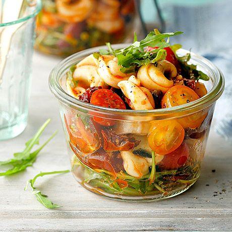 Probieren Sie den Tortellini-Salat aus unserem enerBiO-Kochstudio. Jetzt nachkochen & genießen!