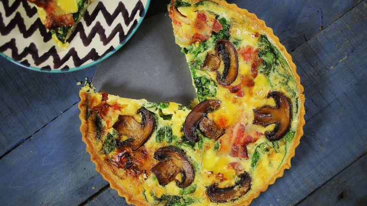 A quiche az a kaja, ami gyakorlatilag a nap bármely szakában jól tud jönni: a tojásos tölteléket ér telepakolni baconnel, vagy sonkával, tehát reggelire is tökéletes, viszont egy omlós-vajas tésztában sült ételről van szó, így ebédre, vagy vacsorára is igazán laktató lehet,…