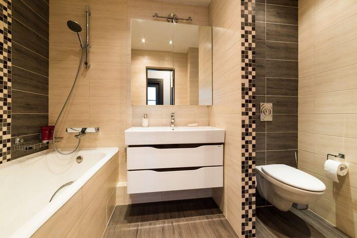Fürdőszoba - bézs és barna burkolatok, mozaik dekoráció, fürdőkád