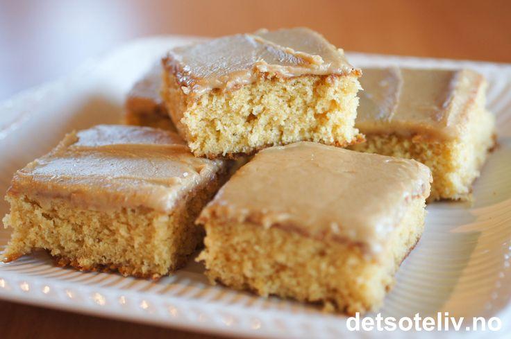 Dette er en stor langpannekake som bakes av mange - og med god grunn, for den er helt utrolig nydelig! Kaken er myk i konsistens og har en deilig karamellsmak. Glasuren smaker av både karamell og kaffe. Tilsammen gjør dette kaken til en av de klare favorittene blant langpannekaker!