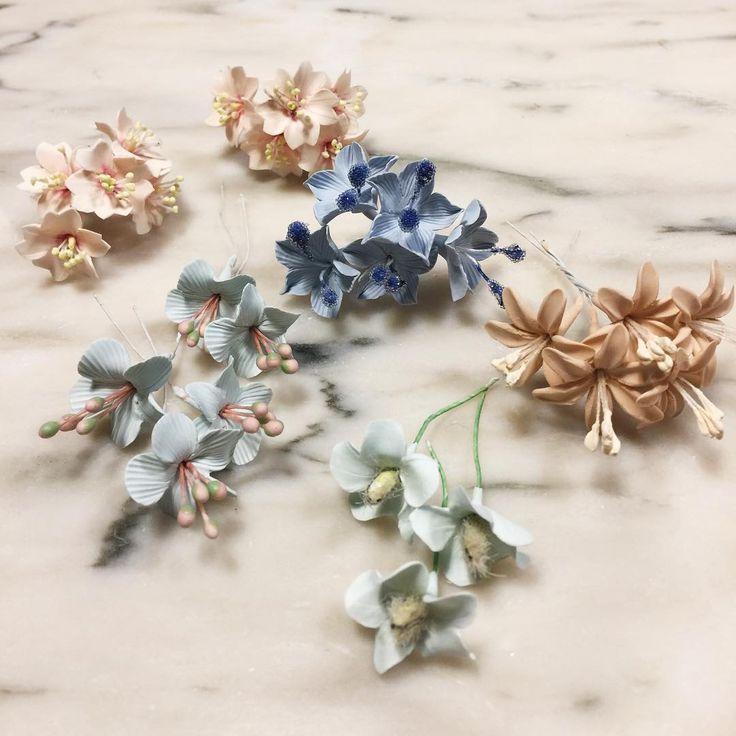 En la calle llueve, pero en el estudio es primavera!! Qué os parecen las nuevas flores en las que estamos trabajando? #artesania #tocadosletouquet #exclusiveheadpieces #headcouture #headpiece