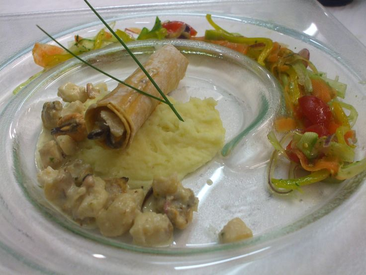 Cannolo di pasta fillo con ragu' di pesce, pure' di patate allo zenzero e insalatina croccante