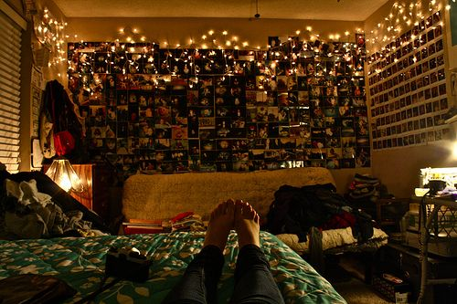 okay, the messy room would drive me CRAZY, but I absolutely LOVE the pictures and strings of lights on the walls. *diez*