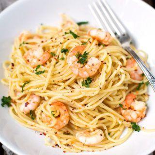 Für die 20-Minuten Scampi Pasta braucht ihr nur Nudeln, Scampi, Knoblauch, Olivenöl, Weißwein, Zitronensaft, Butter und Chiliflocken. Dekadent gut!