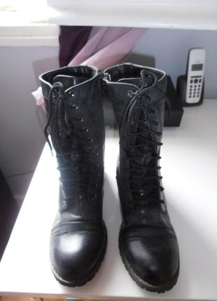 A vendre sur #vintedfrance ! http://www.vinted.fr/chaussures-femmes/bottes-and-bottines/21775902-chaussure-bottines-a-lacets-noires-taille-37