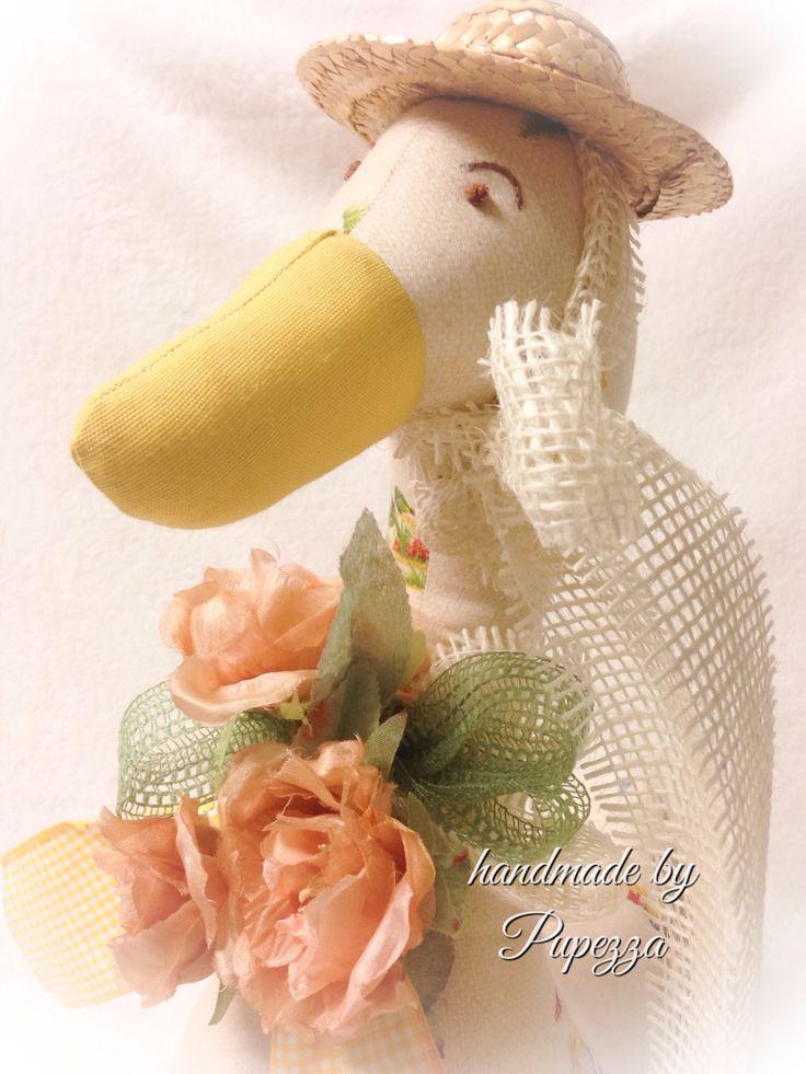 La primavera nella nostra oca Lucia fermaporta ... Fiori e cappellino per andare a far giardinaggio !
