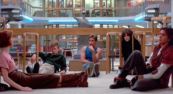 """El club de los cinco  Año: 1985  Protagonistas: Emilio Estevez, Judd Nelson y Molly Ringwald  Frase favorita: """"Si dices que no, eres una mojigata; y si dices que sí, eres una mujerzuela. Vaya trampa""""  ¿Por qué no podemos dejar de verla? Porque marcó el cine adolescente de los '80, siendo la película definitiva del género. Una de las cintas de culto más incluyentes del cine juvenil"""