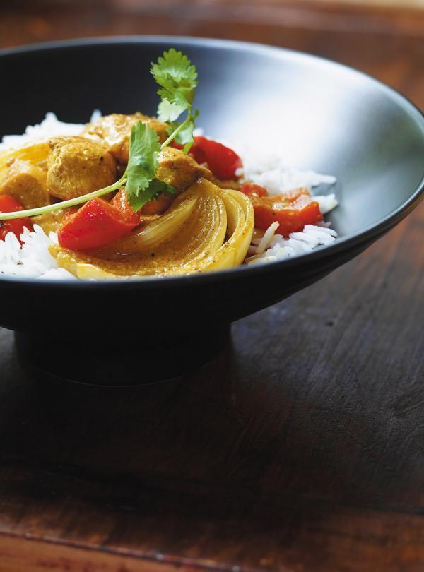 Recette de Ricardo. Une recette de poulet avec du cari, du poivron rouge, de l'ail et une variété d'assaisonnements. Une recette rapide et savoureuse.