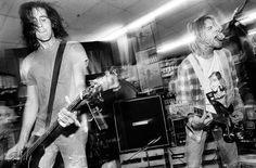 As fotos de Kurt Cobain e da Nirvana tiradas por Charles Peterson entrarão para a história como a representação fotográfica que melhor define essa banda nos anos 90.