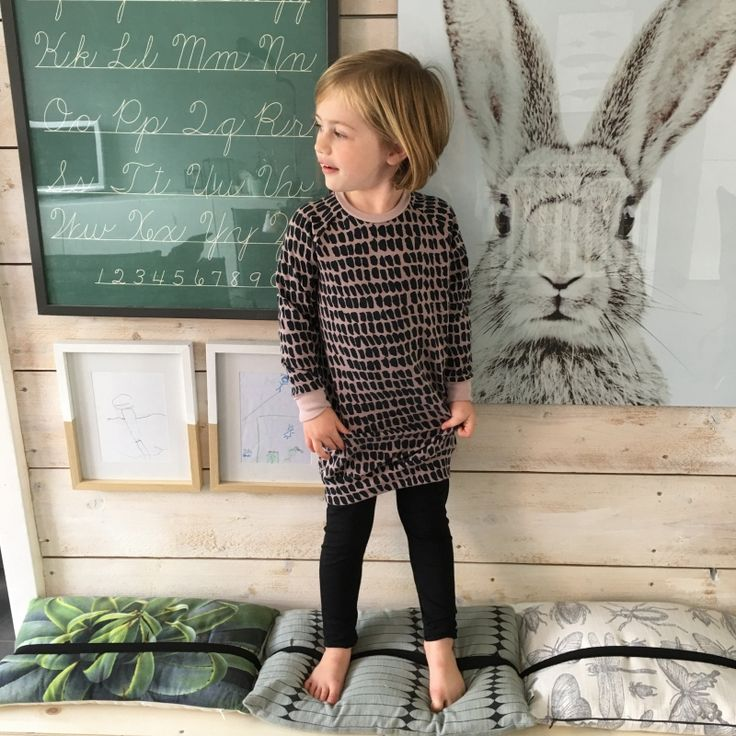 Sweaterdress ;gemaakt van een french terry knit dus ideaal voor de frisse dagen. Lekker losvallend ;te dragen.