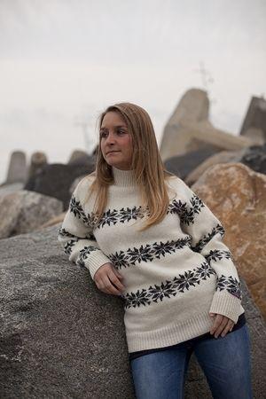 Dess: 190-51 hvid - Flot Islandsk Sweater fra NORWOOL af 100% ren ny uld. Af mellem kraftig 5gage strik med mønster af icestars.