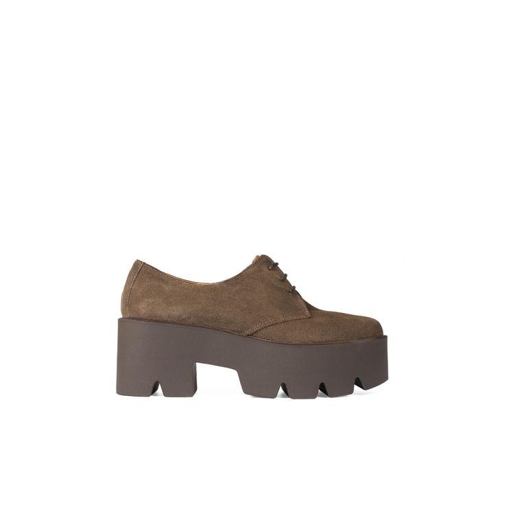 Zapato de mujer tipo Oxford realizado en ante, cierre de cordones con ojales…
