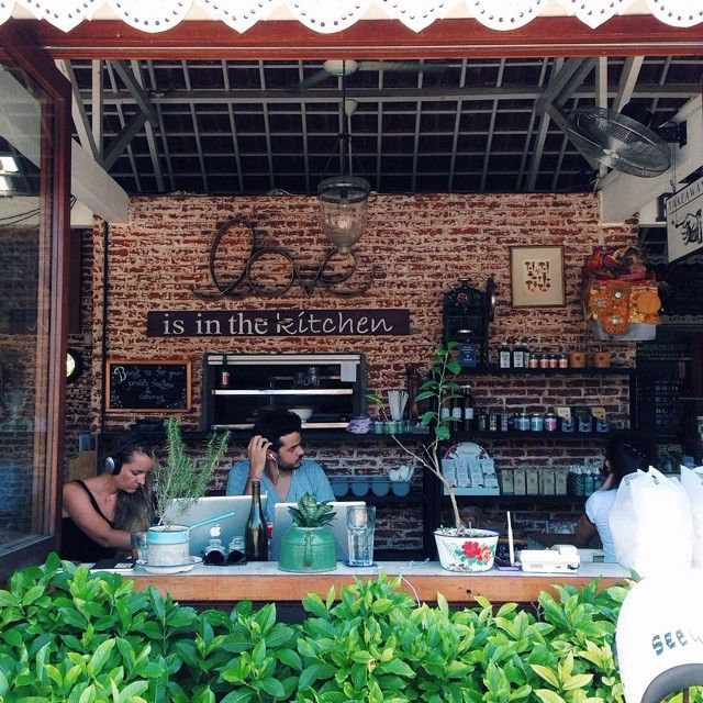 Cafe Watercress di Jalan Batu Belig dengan konsep semi outdoor dan interior rustic industrial