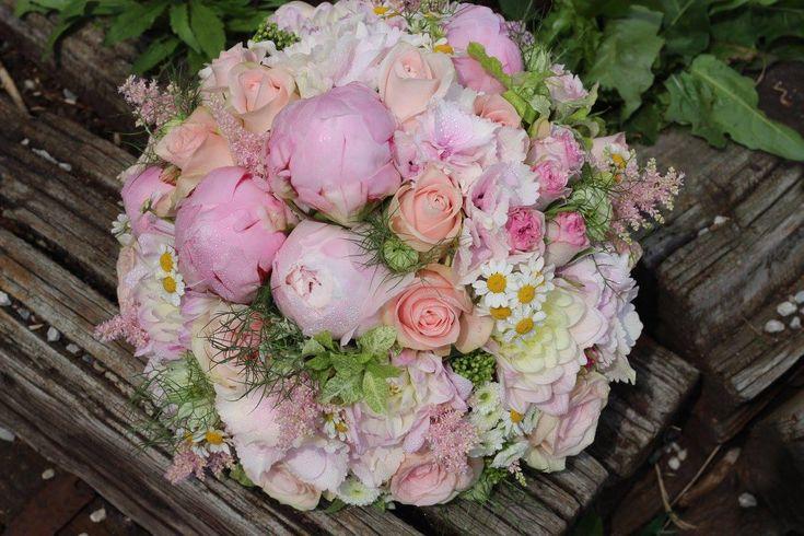 LETO 2016 Srdečne Vás pozývame do nášho obchodu, kde Vás čakajú čerstvé kvietky, záhradné hortenzie, romantické doplnky ,najlepšie sviečky Yankee Candle a voňavé pivonkové mydielka. Tešíme sa na Vašu návštevu.