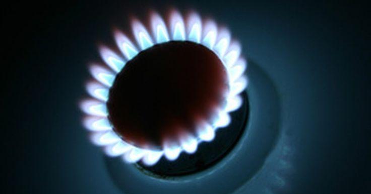 Como aumentar a altura da chama no queimador de um fogão a gás?. Quando as chamas do seu fogão a gás estão muito baixas, elas podem prejudicar a velocidade de cozimento dos alimentos. Quando estão muito altas, podem resultar em alimentos que cozinham rápido demais ou queimam. Para resolver esse problema, você poderá aumentar ou diminuir a altura da chama com uma chave de fenda.