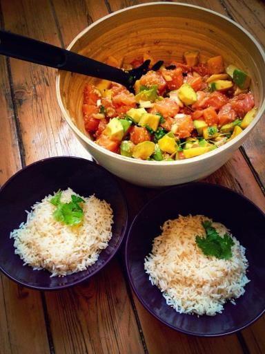 riz, gingembre, piment de Cayenne, huile de sésame, mangue, sésame, oignon, sauce teriyaki, coriandre, vinaigre de riz, avocat, saumon frais