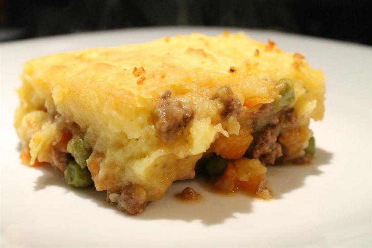 A shepherd's pie vagy pásztor pite egy tipikus angol-brit egytálétel. Rozmaringgal és kakukkfűvel ízesített, vörösborban párolt darált hús, krumplipürével.