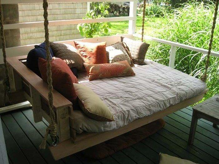 Идеальное спальное место: Кровать-качели на веранде.