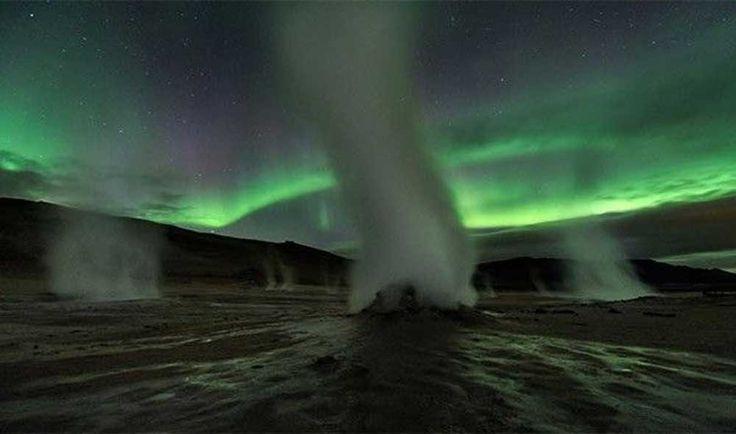 Torres De Vapor  Este fenómeno geotérmico acompaña a la aurora boreal y tiene la capacidad de transformar el cielo de las noches en un tono de verde precioso. google