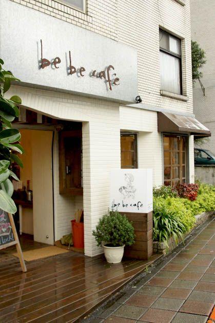 bebe cafe'   entrance, signage