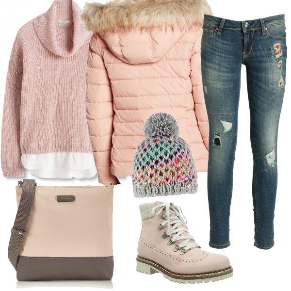 Outfit ideale per una passeggiata al freddo. I jeans sono indossati con una maglia dolcevita, un piumino caldo, una tracolla comoda, stivaletti con il carrarmato e, per finire, un divertente cappellino colorato.
