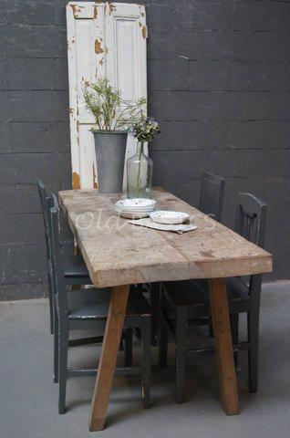 Slagerstafel 20061 - Prachtige origineel oude slagerstafel. Het blad van de tafel heeft een mooie geleefde uitstraling met inkervingen. Ideale smalle eettafel voor in een kleine ruimte!